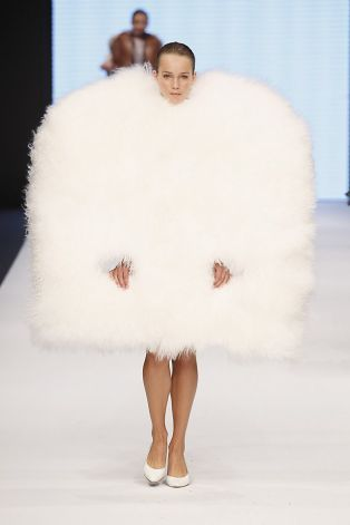 This one looks like a big snow ball with two little sticks as legs. Lmfao!!! Ugly outfits..I can't stop laughing!!! hahaha!
