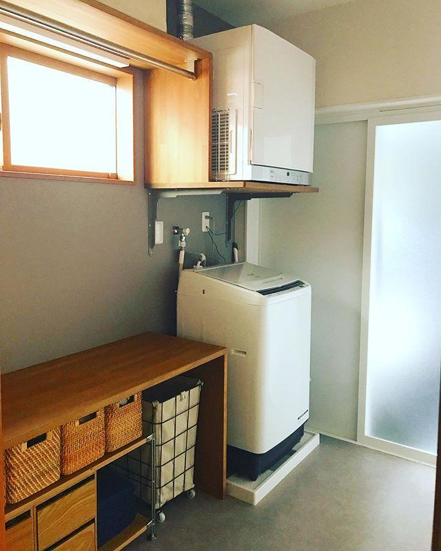 Akeu Oli Ohanaさんはinstagramを利用しています 脱衣場兼家事室 当初3畳の予定だった脱衣場兼家事室 最終的に2畳の広さになりましたが 念願の乾太くんも設置できて満足です マイホーム マイホーム完成 マイホーム記録 脱衣室 収納 キッチン