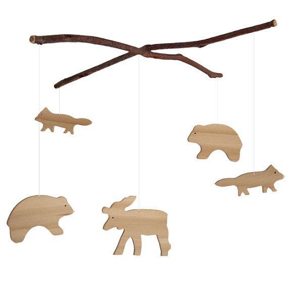 Un tout-naturel, rustique bois animal mobile - parfait pour accrocher dans la pépinière - ou pour lamoureux de la nature dans votre vie. Mobile a un orignal, deux ours et deux fox.  Mobile animaux est fabriqués à la main de contreplaqué de bouleau et est tout à fait naturelle. Animaux pendre des branches de cerisiers sauvages.  Mensurations : Branches : 11.5 Orignal : 4.25 x 3,5 x 0,25  Ours : 3,5 « x 2.5 » x 0,25  Fox : 3.25 x 1,5 x 0,25   Ce mobile est fait sur commande, chaque morceau…
