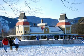 North Conway wins Best Ski Town title Click to see the winners for Best Ski Town , chosen by the readers of 10Best and USA TODAY.