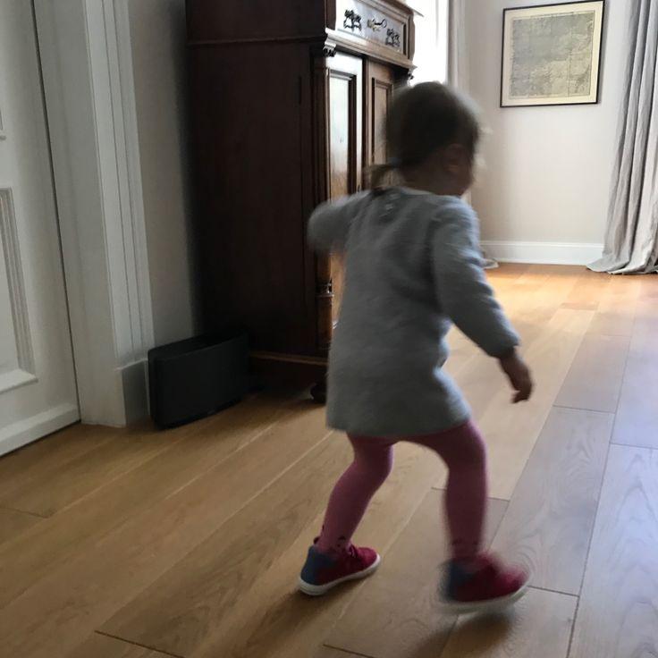 """Erste Szene: Dein Sohn läuft brav an deiner Hand neben dir her. Von einer Sekunde auf die andere wirft er sich auf den Boden, schlägt mit den Händen und Füßen um sich und weigert sich, auch nur einen Schritt weiterzugehen. Zweite Szene:Am Esstisch. Deine Tochter mümmelt an ihrem Käsebrot. Plötzliche plärrt sie """"Nein, neeeein, neeeeeeiiiiin"""" …"""