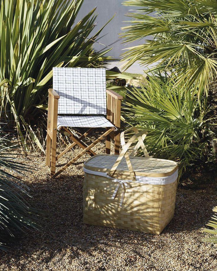 Picknick i det gröna!  Invig sommaren med en härlig picknick, packa korgen med allt som du tycker är gott och bege dig ut i solen. Vill du inte gå så långt kan du sätta dig i trädgården eller på balkongen i en skön stol. Vi har nu fått påfyllning till alla våra butiker av den populära regissörstolen Africa. Den passar utmärkt både ute och inne. Africa stol finns i alla våra butiker, i detta utförande 840kr. Victoria picknickkorg finns i Mall of Scandinaiva, Täby C & Skrapan, 699kr…