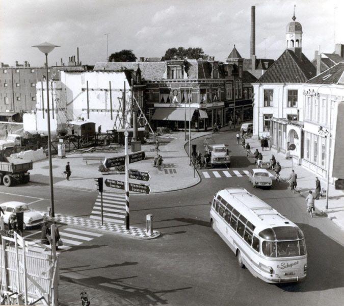 Afbraak panden op de hoek Grotestraat- Wierdensestraat voor de aanbouw van de Hema. Rechts achter op de foto het Verkeershuis. Links op de voorgrond de afbraak/ aanbouw Vroom en Dreesman. | Mijn Stad Mijn Dorp
