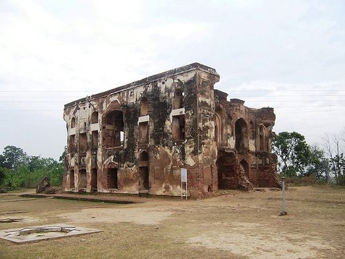"""The Aam-Khas Bagh Complex was quite famous for its perfect air conditioning system which Mughals used to call """"Sarad Khana"""". Along with air conditioning system, there existed Sheesh Mahal, Daulat khana-e-Khaas, the tank and the Hamam which possessed some unique methodology for heating the water."""