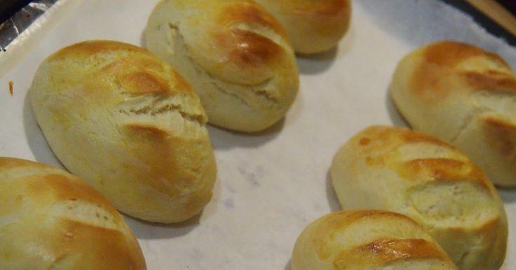 ESTA RECETA ES COPIADA DEL BLOG DE SARA  Ingredientes para 35 bollitos:  250 ml de leche semi o entera  2 cdas de miel  70 gr de mantequilla blandita  1 huevo  20 gr de levadura de panadero  500 gr de harina de trigo común  una pizca de sal  Preparación:  Ponemos en la cubeta la pala la leche tibia añadimos la miel mantequilla huevo sal harina y levadura prog 13.  Vereís que la masa queda blandita no es la masa del pan así que no preocuparos exceptuando que esté exageradamente blanda ya…
