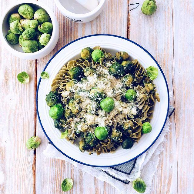 Piąta sesja dzisiaj 😳🥗Kolejny dowód na to, że przedszkole robiło krzywdę warzywom ;) Brukselka 💕 Debiut nowego blatu od @nordsgn (pssst, są już w ich sklepie 🤗) 💕 #prettybaked #photoshoot #tabletop #foodie #foodporn #green #healthy #pasta #brusselssprouts #lunch #dinner #instafood #foodstagram #foodstyling #foodphotography #foodphotographer #lifeofafoodie #lifeofafoodphotographer #brukselka #zielone #gramwzielone #obiad