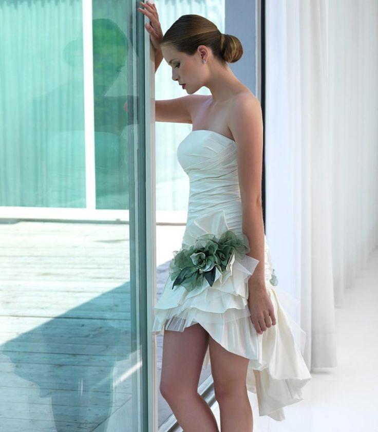 E' molto di moda insieme al tocco di colore che lo rende unico e particolare. L'abito corto, a chi piace?