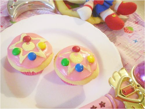 sailor moon's brooch cupcakes for a Sailor Moon themed party!  The squirt would love this!