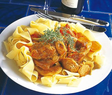 Italiensk mat när den är som bäst. Osso buco är ett gott recept med bland annat kalvlägg, rotselleri, vitlök, timjan och morötter som du tillagar enkelt, även om det tar lite längre tid. Osso bucon serveras tillsammans med nykokt pasta.