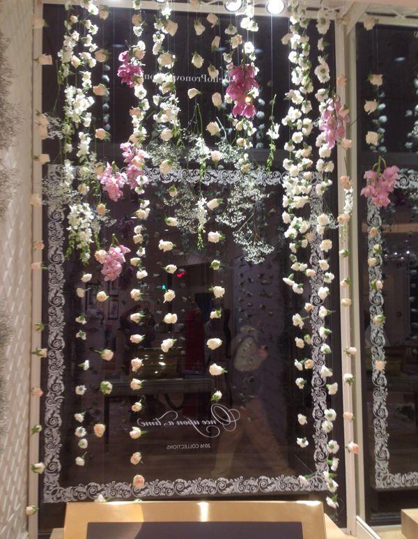 Pronovias Roma - Opening Party 2015 - Decorazione Vetrina - La Floreale di Stefania - Offriamo tutto ciò che riguarda la decorazione delle vetrine e negozi. Accanto ai fiori e piante offriamo un'ampia gamma di materiali come: vasi di ceramica, vetro e plastica, tessuti, nastri, candele, rami e ogni genere di accessorio che contribuirà a valorizzare l'allestimento floreale. Disponibili in comode soluzioni a noleggio. Tante idee per Natale, inverno, San Valentino, Pasqua, primavera ed…