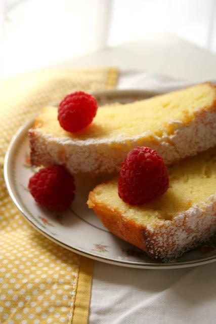 lemon yogurt olive oil cake (low calorie and full of lemon flavor!)
