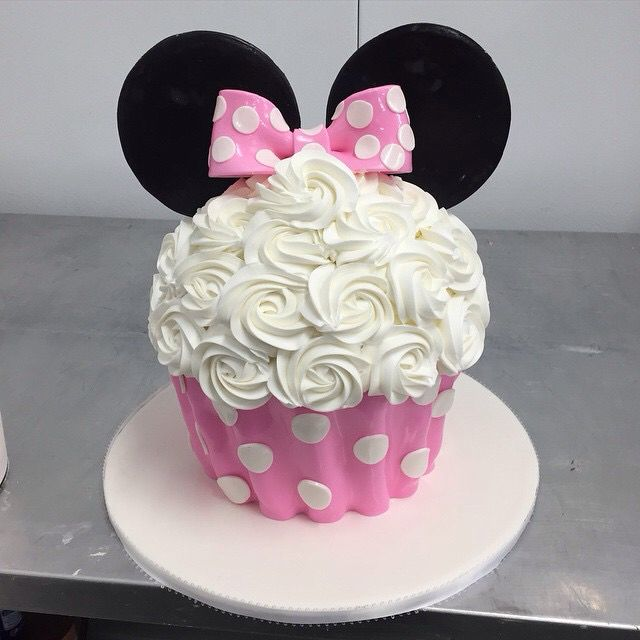 Minnie Mouse giant cupcake!! So have to try this!!