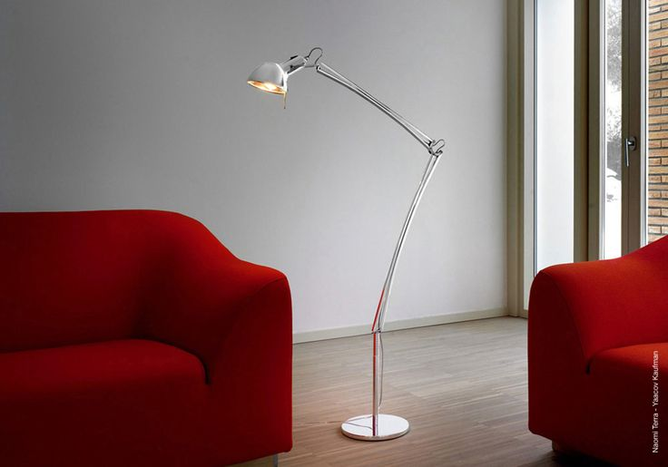 Naomi Terra: Table Terra lamp in aluminium with a compact, adjustable reflector and two articulated arms, rotating by 360° on the base.