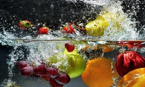 A meno che la frutta e la verdura siano biologiche, e dunque coltivate senza l'utilizzo di pesticidi e diserbanti, i residui di sostanze chimiche potenzialmente dannose per l'organismo devono essere eliminati accuratamente: ecco che sapere come lavare frutta e verdura correttamente diventa importante.