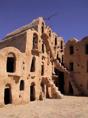 Village troglodyte de Matmata//Village berbère du sud de la Tunisie accroché à la montagne, Matmata fut rendu célèbre par George Lucas qui fit connaître au monde ses merveilleuses habitations troglodytes.