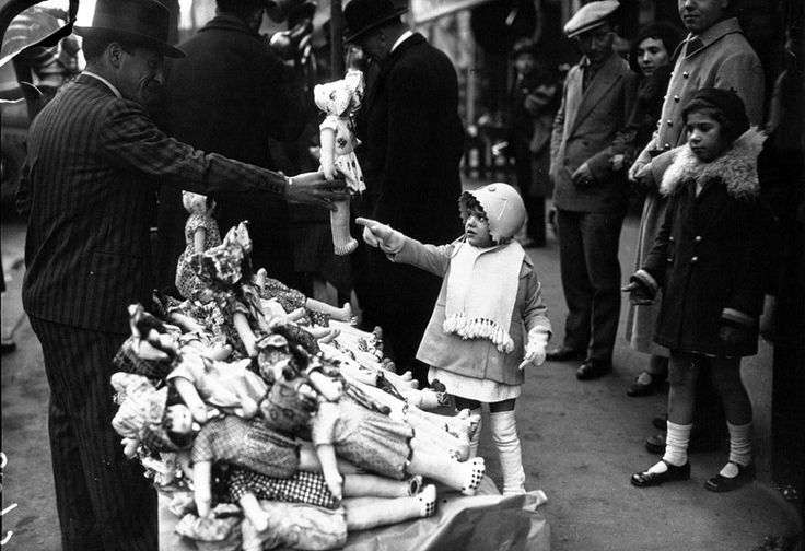 1932. Рождественские покупки на улицах Парижа