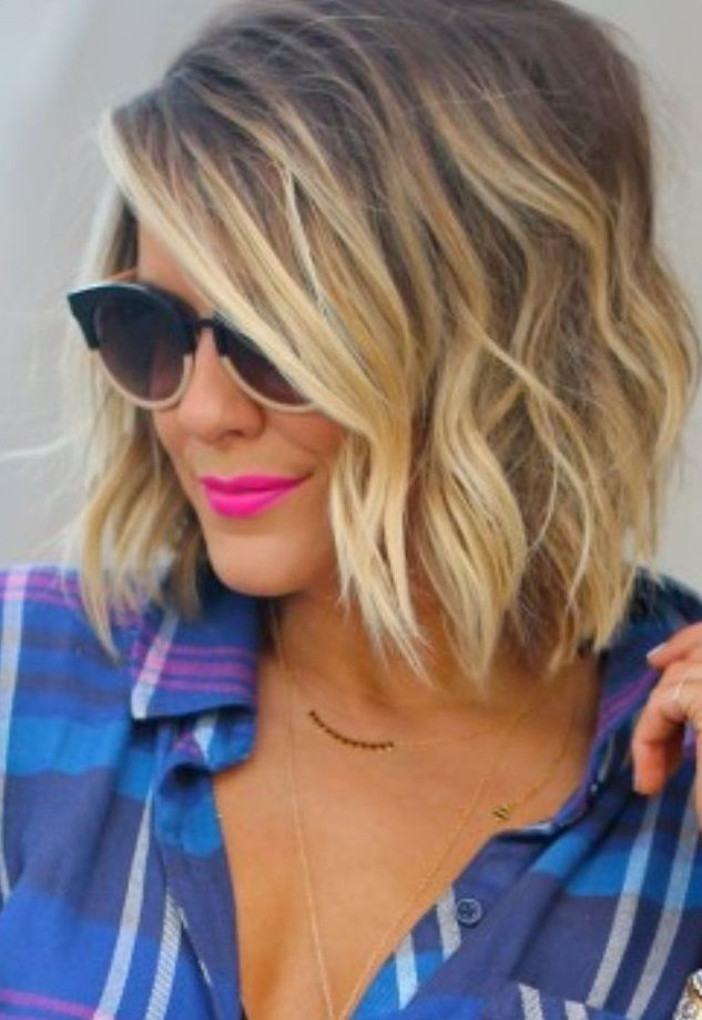 Gave Wavy Bob kapselssuper trendy look Short bob with waves Side part hairdo Easy to copy