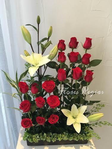 Arreglo de 18 rosas rojas escalonadas con lilis blancas, astromerias y follaje de campanita en...