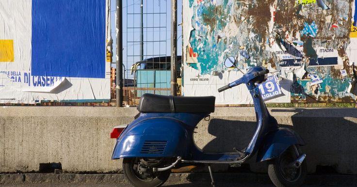 Cómo arrancar una motoneta con la batería muerta. Las motocicletas pequeñas y motonetas se han vuelto un medio cada vez más popular de transportación en los EEUU. Estos vehículos ligeros y eficientes en combustible son excelentes alternativas al manejo de vehículos cuando necesitas hacer viajes dentro de la ciudad. Las motonetas modernas tienen marchas eléctricas además de otros componentes ...