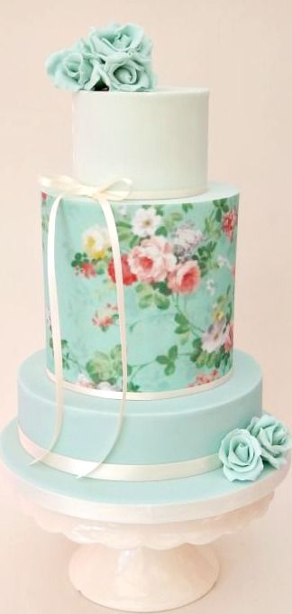 Tarta de tres pisos. Papel de azúcar. Flores (rosas).