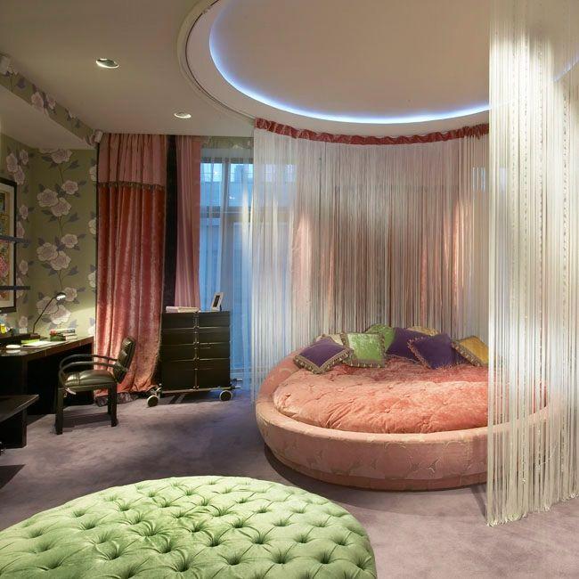 круглая кровать в комнате девочки закрывается балдахином в виде белых нитей / Le-Decor