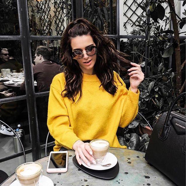 Coffee time ☕️ @nathalievandenberg con sus gafas de sol Miu Miu sin montura y con glitter  #miumiu #fashion #gafasdesol #trend #style #sunglasses #influencer #itgirl #instafashion #outfit #ootd #look #fashiongoals #winteriscoming #coffeetime
