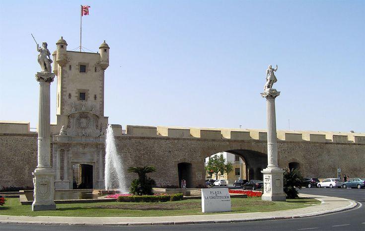"""CASTLES OF SPAIN - Puerta de Tierra es un reducto de la muralla de entrada a la ciudad de Cádiz. En el siglo XVI se construyó la primera muralla en esta zona y en 1574 se realizó una ampliación con dos baluartes. El Torreón fue erigido a finales de 1850 para que sirviera como la torre de la Línea de telegrafía óptica de Andalucía, conocida como la """"Torre Mathé"""", en recuerdo del director de las Líneas de Telegrafía Óptica."""