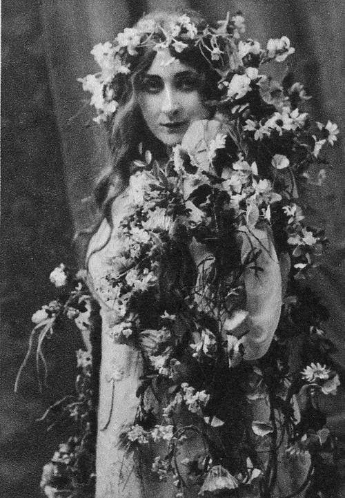 Mary Garden as 'Ophelia' - 1908 - Hamlet - Opera by Ambroise Thomas (French, 1811-1896) - @~ Mlle
