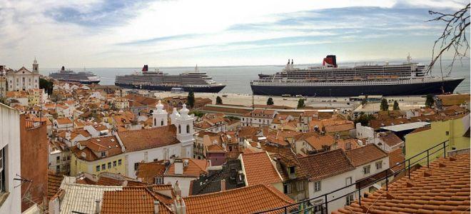 Φλος Ρουαγιάλ -Τρία διάσημα... αδέλφια, το «Queen Mary 2» το «Queen Elizabeth» και το «Queen Victoria», τρία δηλαδή από τα μεγαλύτερα κρουαζιερόπλοια του κόσμου, στο λιμάνι της Λισαβάνας λίγο πριν ξεκινήσουν το ταξίδι τους για το Σαουθάμπτον όπου θα γίνει μια μεγάλη γιορτή για τα δέκατα γενέθλια του «Queen Mary 2»