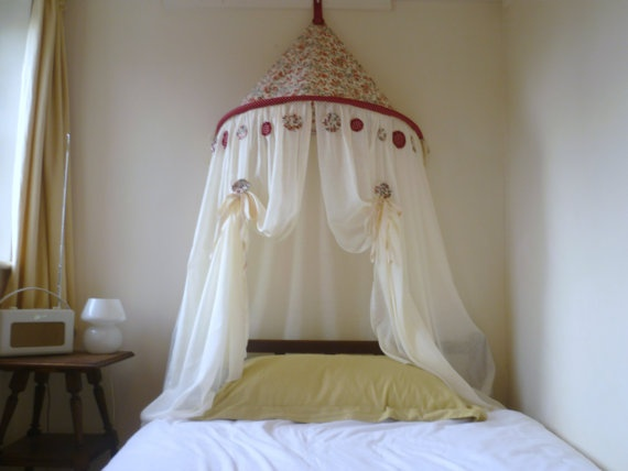 canopy bed against the - photo #2