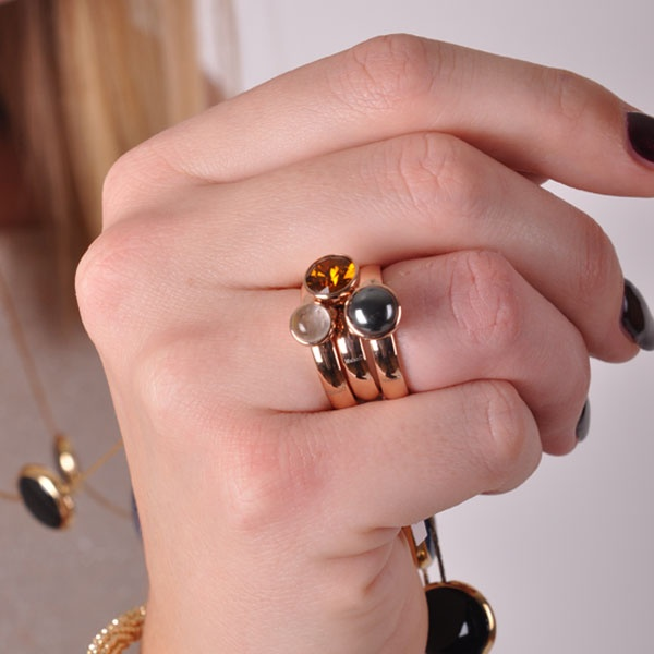 Mooie subtiele glimmers aan de vinger: rosekleur is de musthave op dit moment in sieradenland.