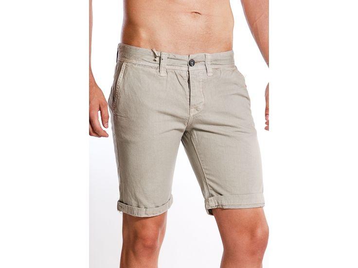 Pantaloni scurti de blugi pentru barbati, model Alcott.  Sunt confectionati din materiale rezistente, de vara, au doua buzunare in fata si doua in spate cu nasturi.  Pot fi purtati la tricouri sau camasi casual.