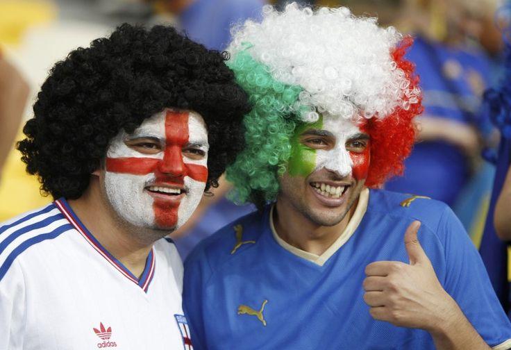 Allegria e tanto entusiasmo a Kiev prima della partita tra Italia e Inghilterra. I tifosi della nazionale di Hodgson sono molto più numerosi dei sostenitori azzurri, ma il prepartita è passato in un clima di grande sportività. E ci sono, immancabili, anche alcuni tifosi giapponesi con la bandiera del loro paese