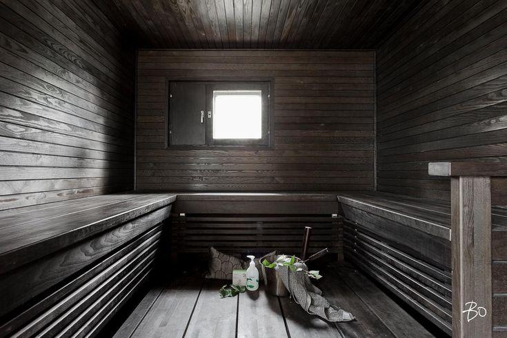 Tähän suureen U-malliseen, tummaan ja tunnelmalliseen saunaan mahtuu kerralla vähän isompikin porukka saunomaan ja rentoumaan.