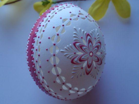 Traditionelle slawische Osterei in weiß und Rosé Hand von EggstrArt, $45.95