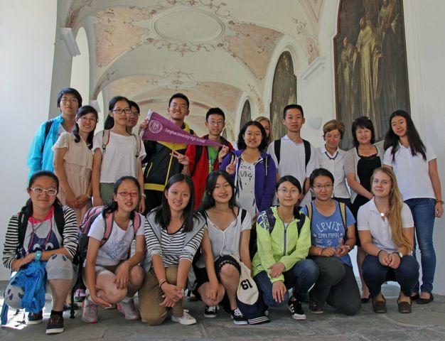 Eine Schülergruppe der Tsinghua High School Peking ist aktuell zu Gast in der Schule Schloss Salem. Bereits seit 2006 findet der Schüleraustausch zwischen Peking und Salem statt. Die Schüler aus China lernen hier das deutsche Schulsystem im Unterricht kennen, besichtigen die Schulstandorte und bekommen ein abwechslungsreiches Rahmenprogramm rund um den Bodensee geboten. Am erstaunlichsten sind für sie unsere kleinen Klassen – haben sie doch in ihrer Schule insgesamt über 3.000 Schüler.