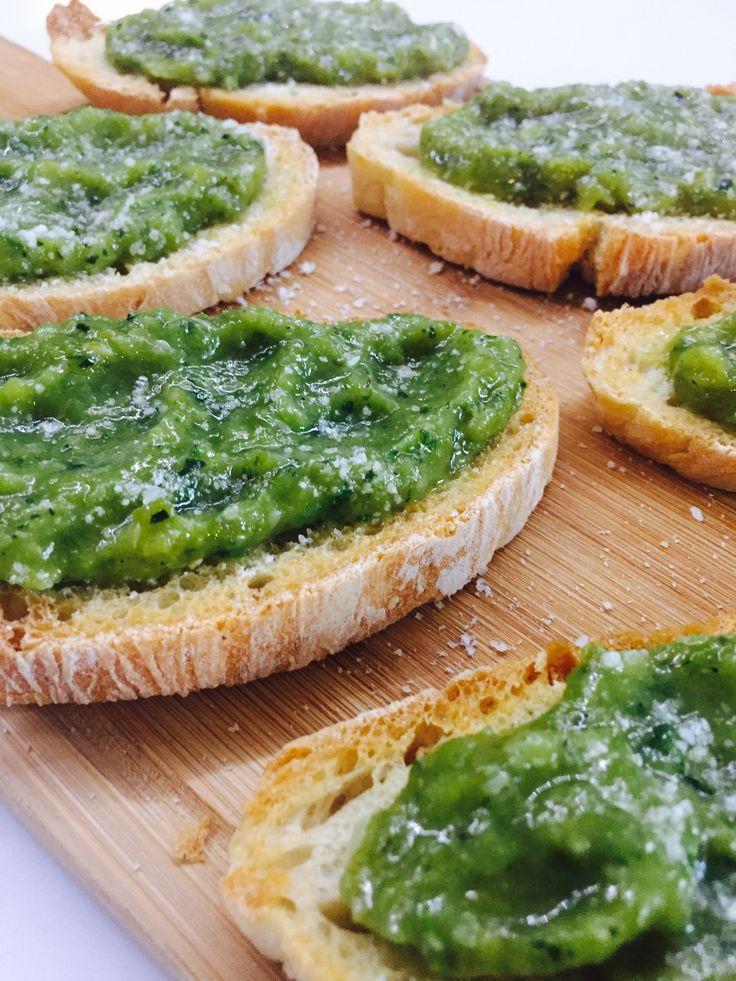 Un antipasto, un aperitivo, un piatto unico, potete preparare questi crostini con salsa verde in tutti i modi che preferite!