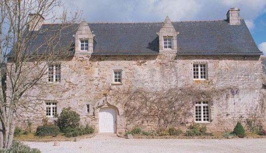 Manoir de Talin ou Tallen, Pontivy du XVIe siècle La façade présente une fenêtre à meneaux et, à l'intérieur, les arcades sculptées encadrent un écu avec les armes des Guimarho. Un four à pain est conservé dans la cour.
