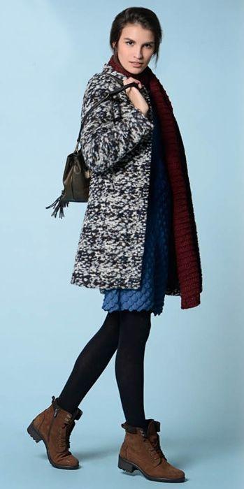 Фиолетовое пальто, голубое платье, черно-белая сумка, черные ботильоны