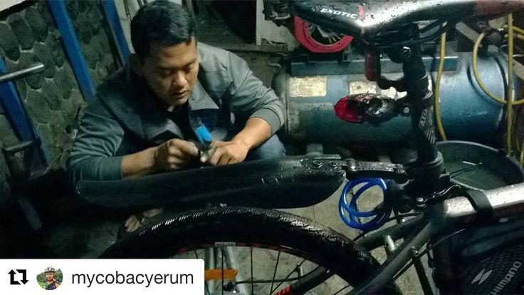 #Repost @mycobacyerum  setuju banget om. apalagi ban yang bisa di katakan masalah umum yang sering terjadi saat bersepeda. mimin juga selalu naruh ban cadangan di tas frame sepeda mimin :)  Pelajaran berharga hari ini : Jangan lupa bawa toolkit sepeda lengkap saat pergi walaupun jaraknya tidak terlalu jauh.... Tragedi ban bogor di mlm ini...   @pacificbikes  @mtbindonesia  #mtbindonesiarepost  #pacificbike #bansepedabocor  #sepedamalamharii