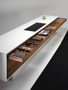 This must be a minimalist's dream kitchen. Love it!