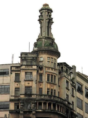 Enigmático edifício de 13 andares mais porão e torre, construído um 1928. Possui uma torre com uma lanterna, que a alguns anos exibia uma luz verde.