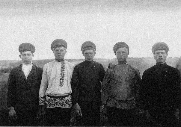 Деревенские парни. Ярославская губерния. Начало ХХ века