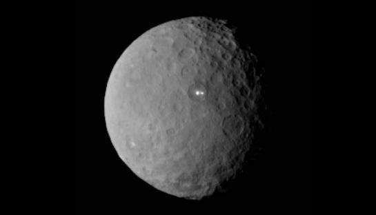 En analysant des images de la planète naine Cérès prises le 19 février, la Nasa a eu la surprise de découvrir deux points très brillants à sa surface.