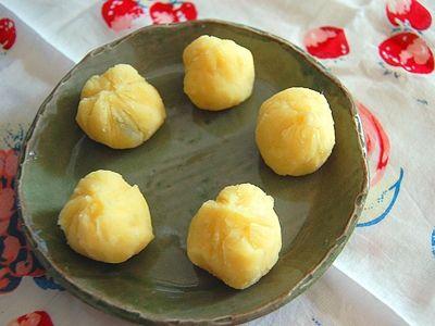 栗の代わりにりんごを使ったりんごきんとんは、子どもが食べやすいように作ったおせち料理です。さつまいもの甘みにりんごの爽やかさと香りがアクセントになっています。デザートとしてもおすすめです。