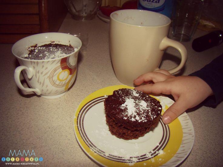 Już dawno chciałam wypróbować jakiś przepis na ciasto z mikrofali. Nigdy nie jadłam Babeczki z kubeczka - tej w proszku, do kupienia w sklepach, więc nie mam porównania.    Przepis jest mega szybki, więc przyda się podczas wizyty niezapowiedzianych gości. Przygotowanie ciasta zajmie nam