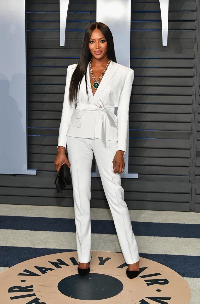 Todos los looks after party de los Oscar 2018: Naomi Campbell apostó por un traje blanco que incluía un cinturón en su americana.