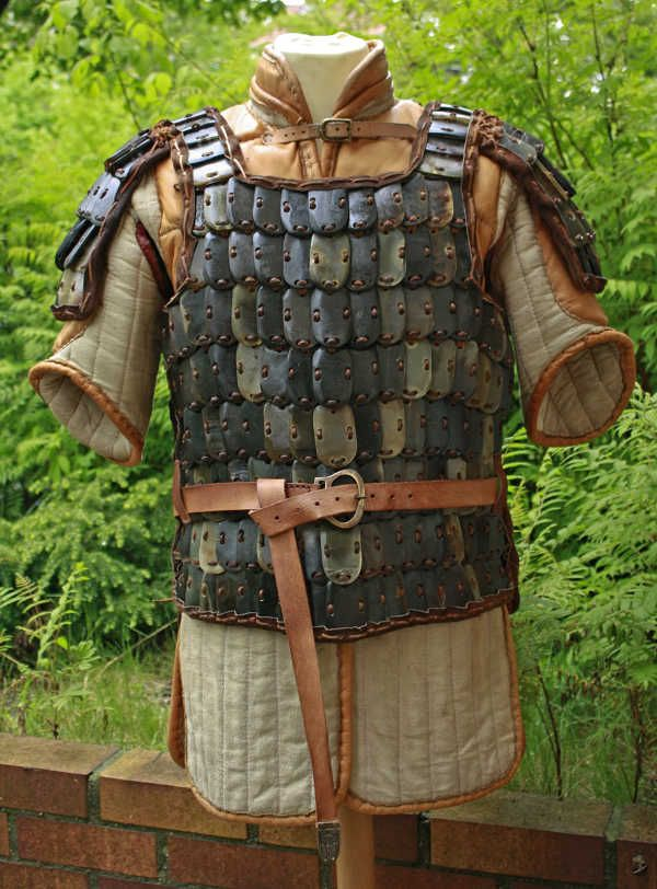 Viking style horn plate armor (lamellar), over leather-enforced gambeson. http://www.norse-design.de