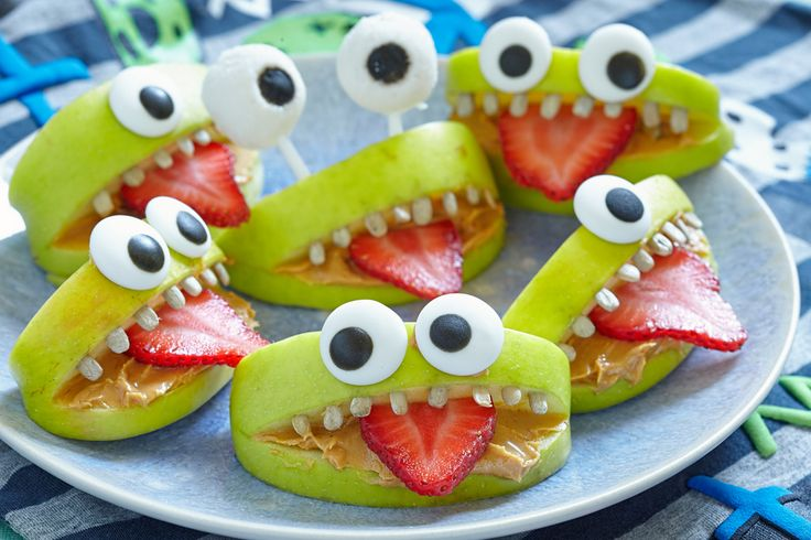 Knasiga och goda äpplemonster! Lägg på något krämigt pålägg i äpplemunnen, stick in en jordgubbstunga och solrosfrötänder, så behöver du bara sättapå ögon av marsipan och nonstop. Sötaste monstren som finns!