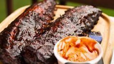 Costine di maiale al barbecue, glassate con salsa per caramellare la carne.